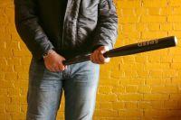 Злоумышленник вышел в подъезд, толкнул брата и несколько раз ударил его по голове и груди.