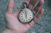 Время с точностью до секунды можно определить по звонку.