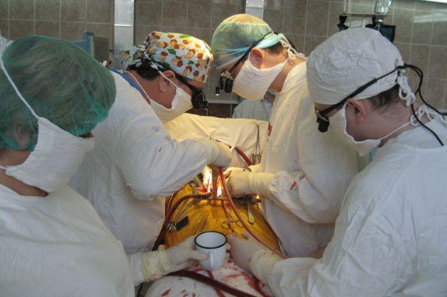 Это кадр уникальной операции на открытом сердце, которую проводили наши медики в областной больнице в 2015 году. Нелегкий и ответственный труд врачей не оценён по достоинству и в 2018-м.