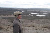 Эколог Е. Глазунов обозревает правый берег и заливные луга Донецкой Сеймицы.