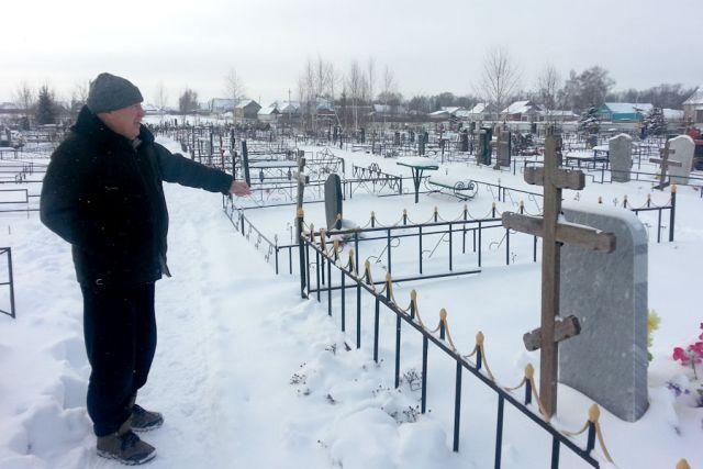Кладбище вплотную подобралось к домам людей.