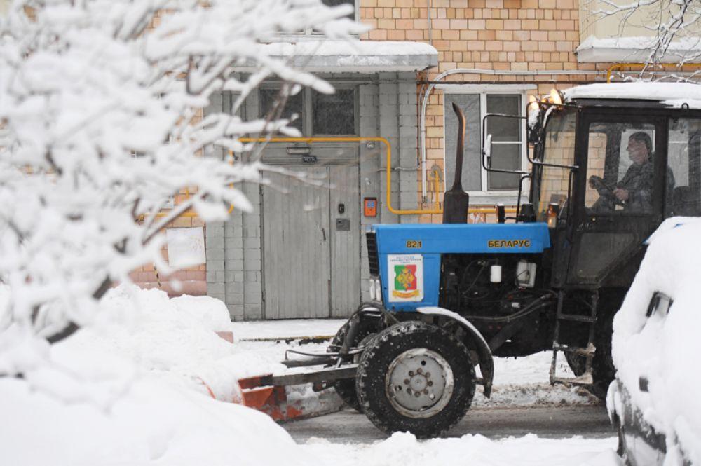 Снегоуборочная техника во время снегопада в Москве.