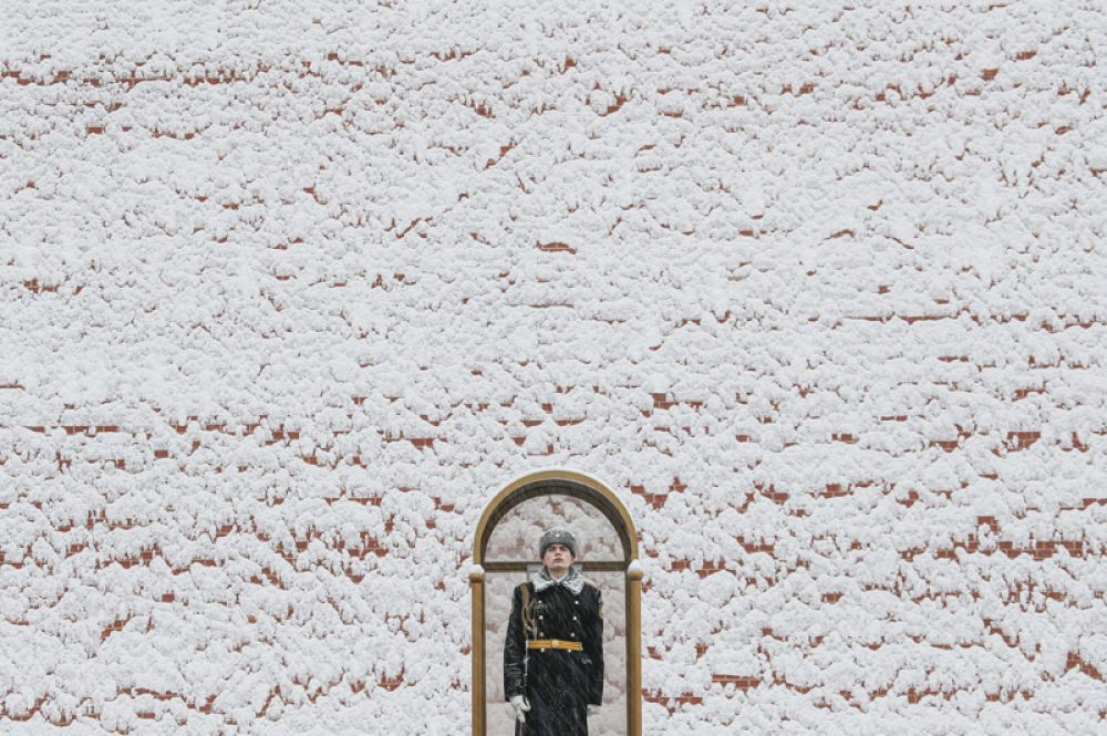 Почетный караул стоит у Могилы Неизвестного солдата у Кремлевской стены в Москве.