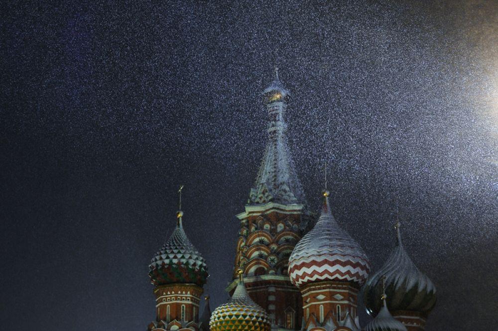 Покровский собор в Москве во время снегопада.