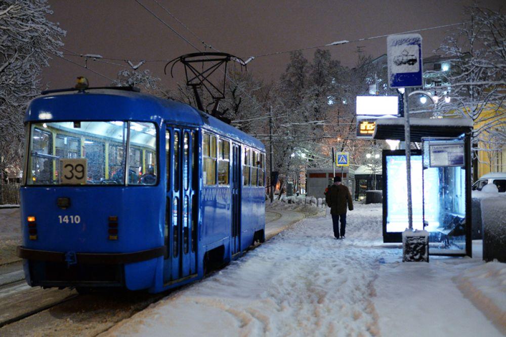 Трамвай, следующий по маршруту № 39, на остановке у метро «Новокузнецкая».