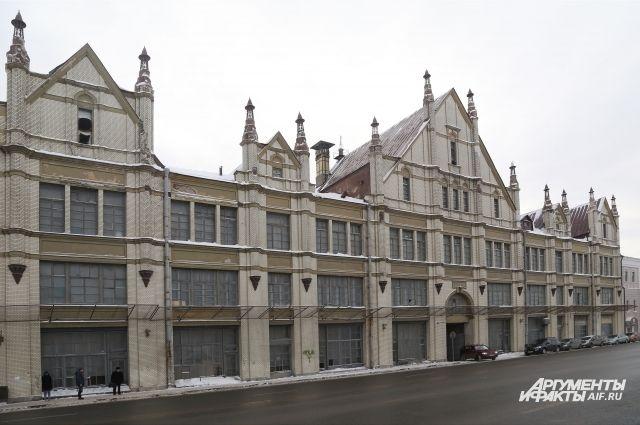 Сергей Рукавишников  в начале века, возможно, думал разместить  в неоготическом здании большой магазин-атриум...