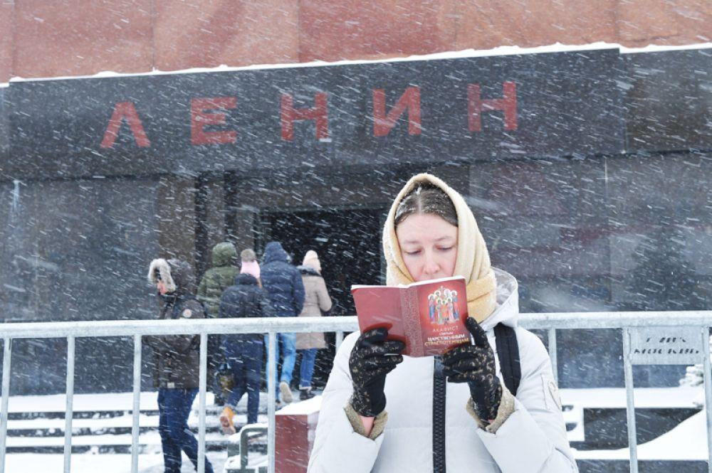 Девушка на Красной площади в Москве.