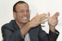 Хулио Иглесиас отвечает на вопросы журналистов на пресс-конференции. Москва, 1998 г.