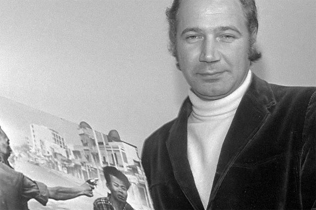 Эдди Адамс держит фотографию «Казнь в Сайгоне».