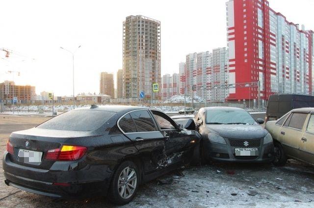 14:50 31/01/2018<br /> 0<br /> 150</p> <p>В Петербурге лихач на BMW протаранил 8 машин на парковке  </p> <p>Водитель не справился с управлением