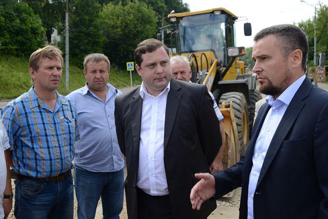 Владислав Апаков (на фото справа) рассказывает губернатору Алексею Островскому о ходе ремонта дорог.