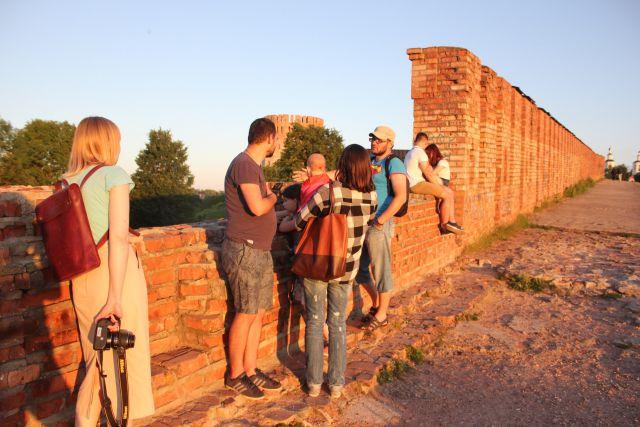 Михаил Ефимкин (в центре) рассказывает туристам о Смоленской крепостной стене на прясле ее восточного участка.