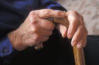 Помочь пожилой женщине некому.