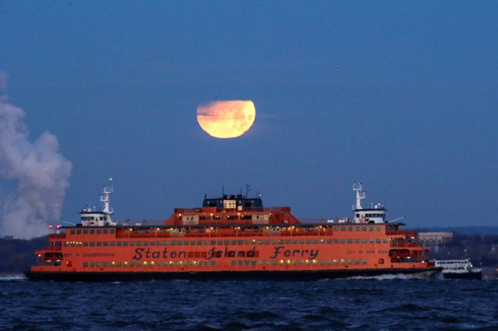 Луна над паромом в Статен-Айленд, Бруклин, Нью-Йорк, США.