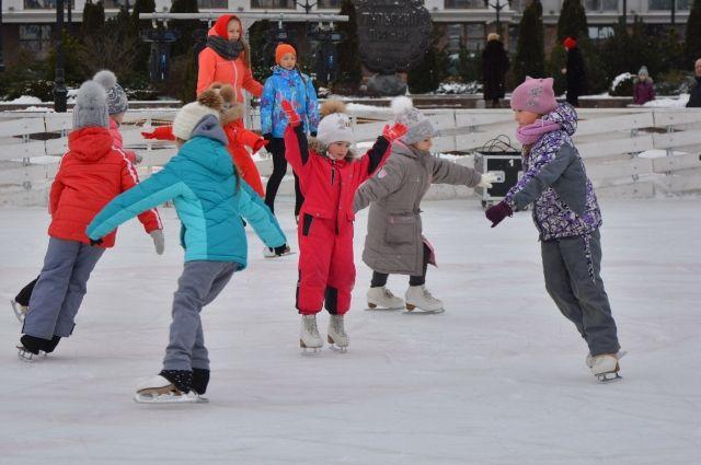 По информации Министерства физической культуры и спорта сейчас в регионе работают 180 катков и хоккейных коробок.