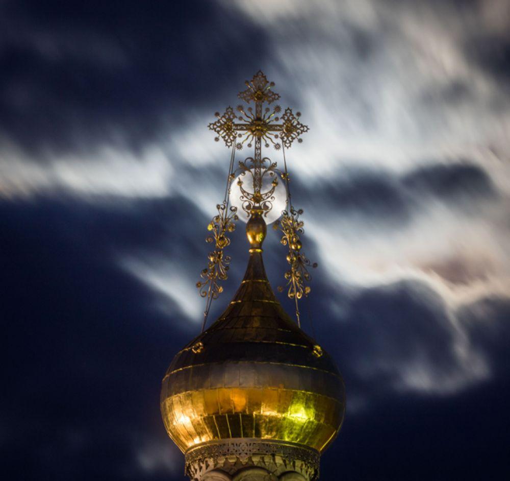 Православная часовня в полнолуние в Дармштадте, Германия.