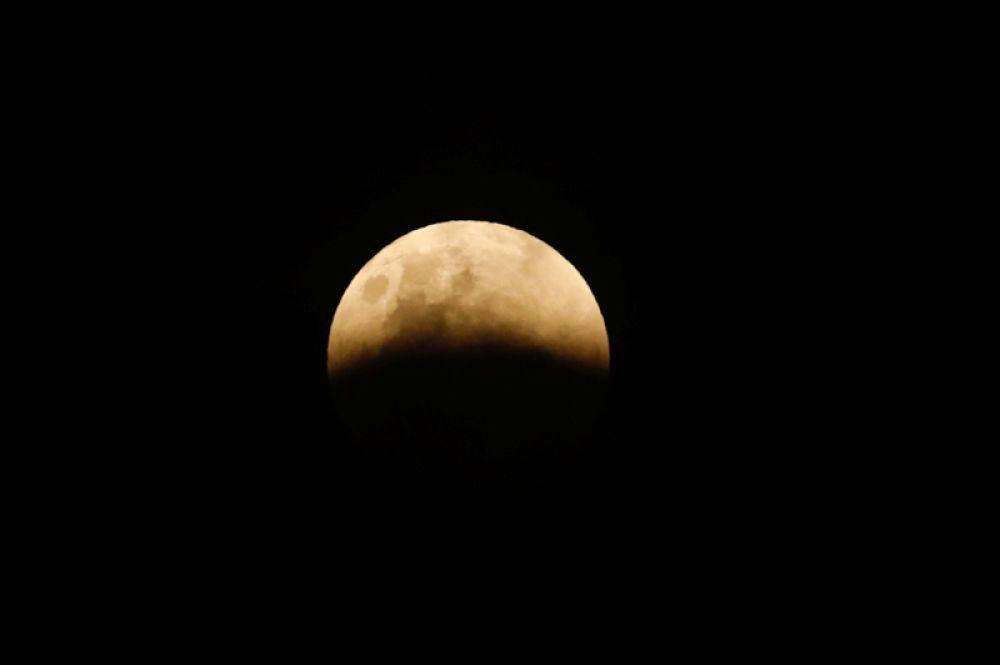 Лунное затмение в Джакарте, Индонезия.