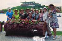 Эмилия Гавриленко (крайняя справа) со своими подругами
