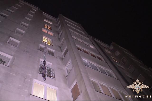С 6 этажа воры спускались по простыням.