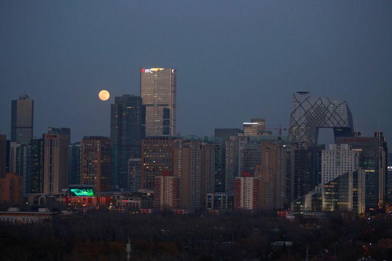 Луна над Центральным деловым районом в Пекине, Китай.