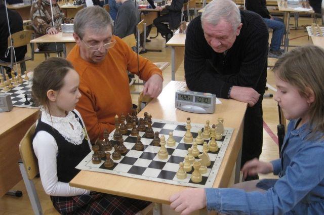 За шахматной доской встретились стар и млад.