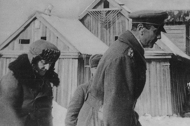 Пленного генерал-фельдмаршала Паулюса и его адъютанта конвоируют в штаб 64-й армии. 31.01.1943 г.