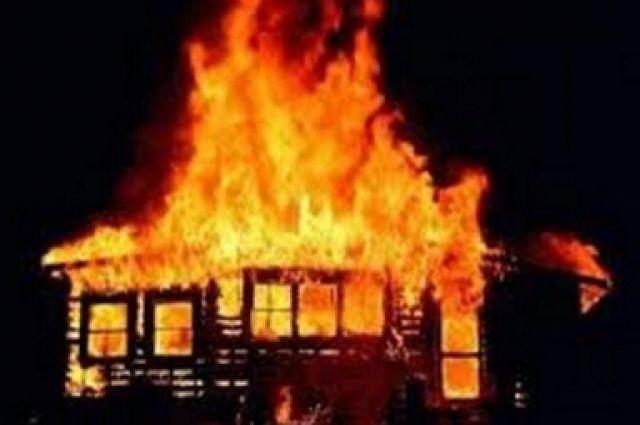 Когда пострадавшим удалось выбить дверь, дом уже был охвачен огнем.