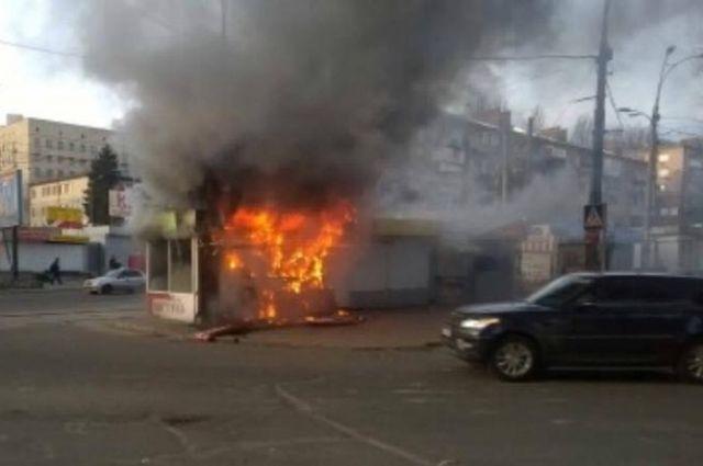 В Киеве возле станции метро загорелся МАФ