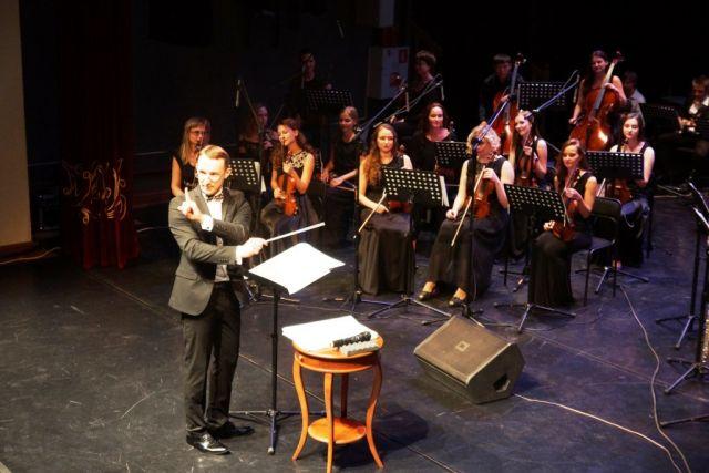 Дирижёр управляет не только оркестром , но и зрителями.