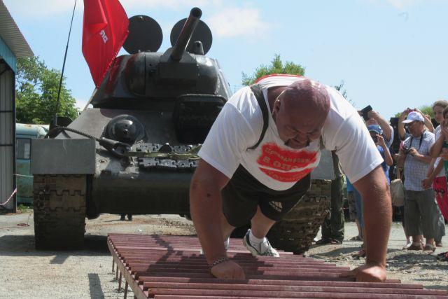 Приморский спортсмен Савкин и танки двигает, как игрушки.