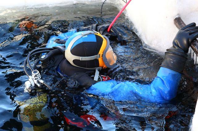 Cотрудники экстренных служб продолжают искать ребёнка, который накануне провалился под лёд вБарнауле