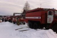 Во время тушения пожара было задействовано три отделения сотрудников МЧС.