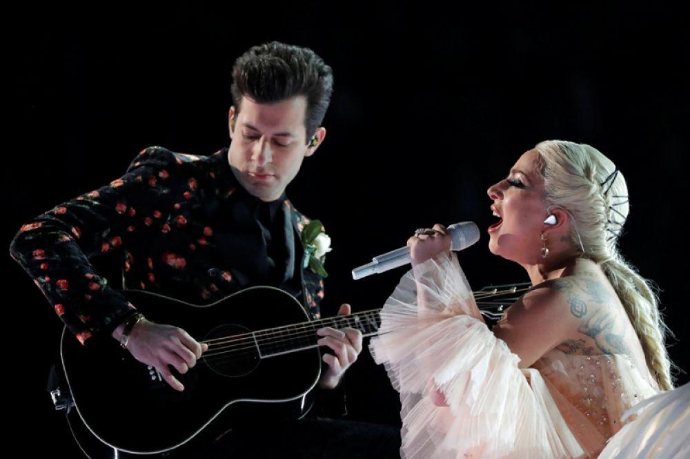Леди Гага выступает на 60-й церемонии вручения наград «Грэмми».
