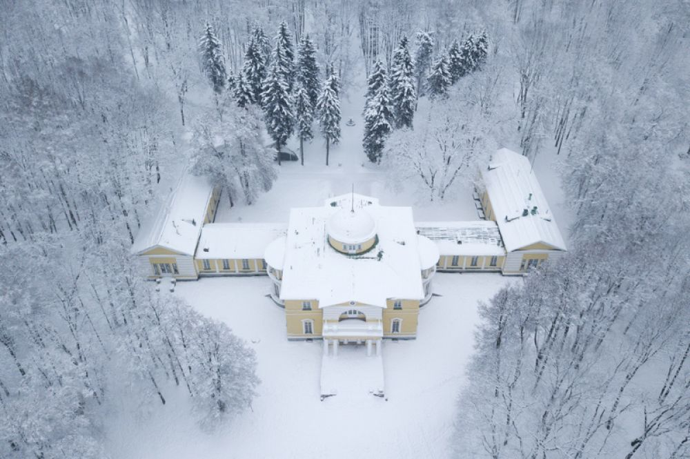 Дом усадьбы Строгановых в парке «Братцево» в Москве после снегопада.