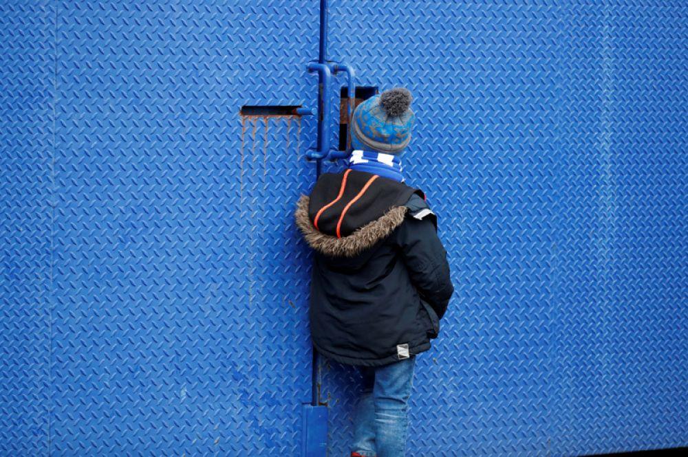 Мальчик у ворот стадиона перед матчем между «Кардифф Сити» и «Манчестер Сити», четвертый раунд Кубка Англии, Кардифф, Великобритания.