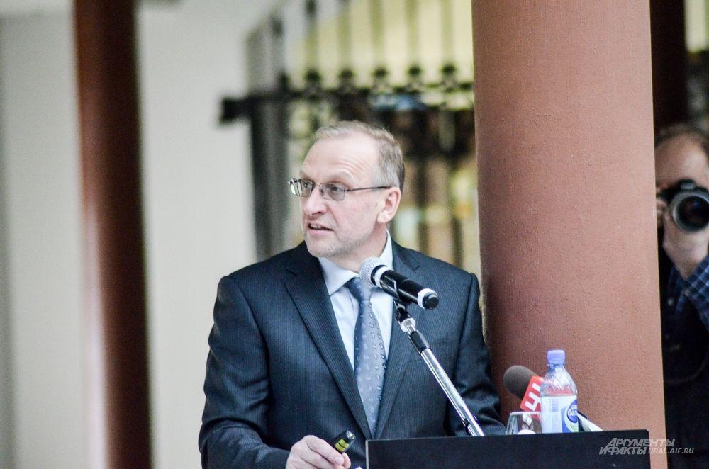 И.о. начальника управления по ЖКХ Александр Брагин.