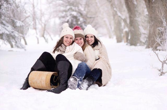 В омских парках можно отлично покататься на санках и лыжах.