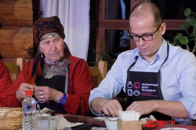 Глава региона Александр Бречалов лепил пельмени вместе с бурановскими бабушками.