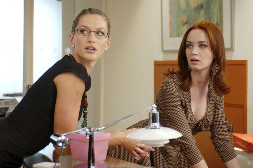 Затем актриса получила предложение поработать в Голливуде — ей досталась роль ассистентки Эмили в экранизации мирового бестселлера «Дьявол носит Prada» (2006). Блант предстояло сыграть вместе с Мерил Стрип, и по мнению критиков, это удалось ей наилучшим образом.