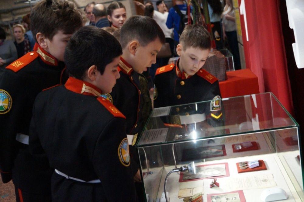 Кадеты рассматривают военные медали и экспонаты, которые хранит Музей Природы и Человека