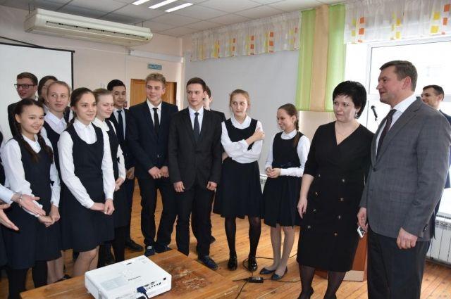 Евгений Арапов с учениками и учителями гимназии №1.