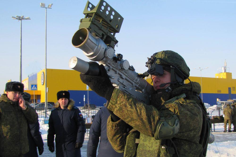 Бойцы продемонстрировали новейшие образцы боевой техники.
