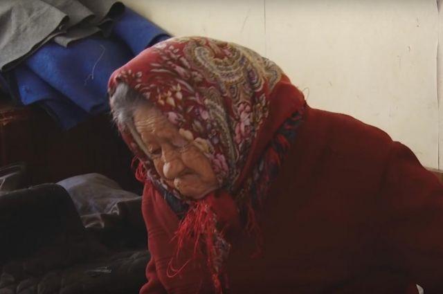 Очевидцы сообщили, что в квартире у пенсионерки перебиты стёкла, дома очень холодно.