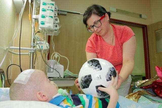 Мяч мальчику передала его мама.
