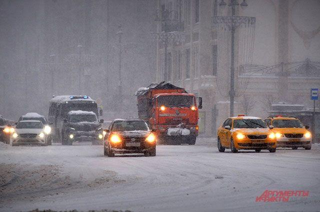 Наулицы Петербурга вывели 900 спецмашин из-за аномального снегопада