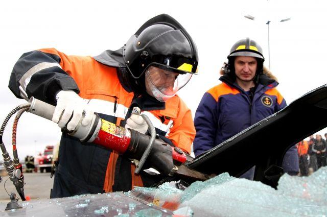 Пострадавшего в ДТП под Правдинском из авто деблокировали спасатели.