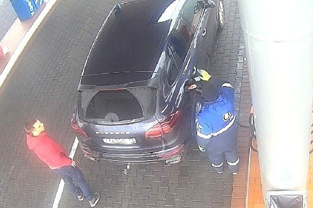 В Калининграде ищут водителя на «Порш Кайен», который не заплатил за бензин.