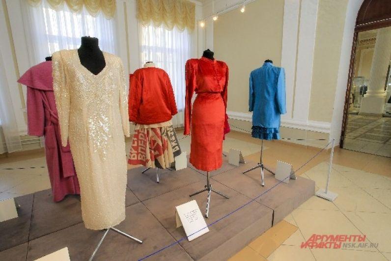 Выставка Александра Васильева «125 лет моды в России» будет работать в краеведческом музее до конца апреля.