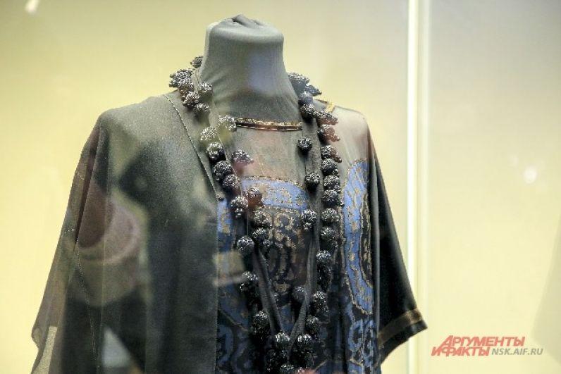 Ежегодно проводится до 15 выставок по всему миру. Это вторая выставка Фонда в Новосибирске.  Первая – «Звуки моды» – проходила в 2016 г. и была посвящена эстрадным костюмам.