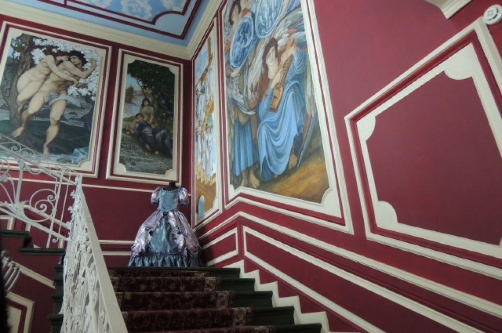 Гостиница «Селиванов» - здесь вам предложат переодеться в бальные платья и научат танцевать вальс.